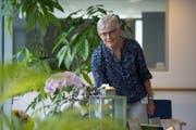 Susanne Imfeld (65) an einem Gedenktisch in der Pallative-Care-Abteilung im Viva Luzern Eichhof. (Bild: Dominik Wunderli (Luzern, 21. Juli 2017))