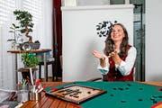 SVP-Ständeratskandidatin Yvette Estermann (48 spielt Scrabble in drei Sprachen – zu Hause mit ihrer Familie in Kriens. (Bild Philipp Schmidli)