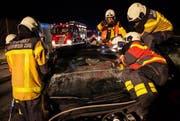 Die Feuerwehr beim Aufsägen eines Autos. (Bild: Feuerwehr Zug)