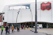 Besucherinnen und Besucher strömten gestern zur Eröffnung in die Mall of Switzerland. (Bild: Keystone/Alexandra Wey (Ebikon, 8. November 2017))