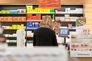 Schweizer Prämienzahler müssen für Medikamente weiterhin tief in die Tasche greifen. (Bild: Keystone/Gaetan Bally)