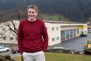 Peter Wipfli möchte auf der Halle im Hintergrund eine Photovoltaikanlage installieren. (Bild Angel Sanchez/Neue UZ)
