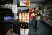 Daniela Bürkli (Leitung Markt) und Roland Steeger (Stv Betriebsleitung Luzern) im Caritas-Laden in Luzern. (Bild Chris Iseli/Neue LZ)