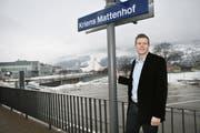 Daniel Piazza an der S-Bahn-Haltestelle Mattehof. Hinter ihm mögliche Grundstücke für die Salle Modulable. (Bild Manuel Jans/Neue LZ)