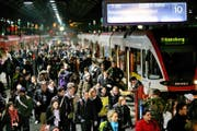 Müssen diese Zugpassagiere in S-Bahnen und Regionalzügen künftig stehen bleiben? (Bild Philipp Schmidli)