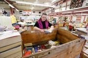 In der Halle 44 werden jährlich fast eine Million Bücher sortiert. Im Bild Bücherservice-Leiterin Anna Merz am Sortiertisch. (Bild: Stefan Kaiser / Neue ZZ)