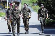 Guter Stimmung marschierten diese vier Militärangehörigen am Samstag um den Zugersee. (Bild: Werner Schelbert (Zug, 22. April 2017))