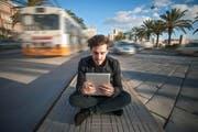 Wer sich im Ausland aufhält, sollte beim Internet-Konsum vorsichtig sein. Das Bild zeigt einen Mann in der italienischen Stadt Cagliari. (Bild: Getty)