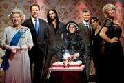 2011 feierte das Wachsfigurenkabinett in London den 250. Geburtstag. Hier posiert Marie Tussaud (Mitte9 mit Königin Elisabeth II, Premierminister David Cameron, Schauspieler Russell Brand, Fussballerpaar David und Victoria Beckham sowie Schauspielerin Helen Mirren (von links). (Bild: Keystone)