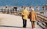 Die Ernüchterung erfolgt oft mit der Pension: Jeder 13. Senior in der Schweiz hat Mühe, für die nötigsten Ausgaben aufzukommen.Symbolbild: Keystone/Sebastian Widmann