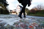 Vorsicht Eis! Nicht überall ist derzeit gesalzen - und so mancher ist schon auf glatten Wegen gestürzt. (Bild: Stefan Kaiser / Neue ZZ)