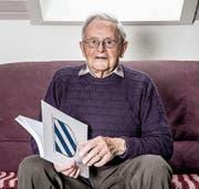Stephan Vonesch mit seinem neuesten Werk, der «Chronik von der Gemeinde Roggliswil». (Bild: Nadia Schärli (Pfaffnau, 22. Dezember 2017))