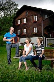 Hier hat schon Ruedi Rymann viel Zeit verbracht: die Geschwister Rymann mit Peter, Annemarie und Silvia auf dem Bänkli vor dem Elternhaus in Giswil. (Bild Pius Amrein)