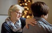 Diakonin Yvonne Lehmann betreut in der Lukaskirche eine Besucherin. (Bild: Corinne Glanzmann (Luzern, 23. Dezember 2016))
