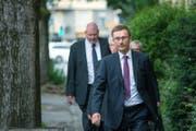 Polizeikommandant Adi Achermann (vorne) und Kripo-Chef Daniel Bussmann (ganz hinten) auf dem Weg zu ihrer Gerichtsverhandlung zum Fall Malters. (Bild: Pius Amrein ( 27. Juni 2017, Luzern))