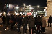 Rund 400 Menschen versammelten sich über den ganzen Abend verteilt am Torbogen. (Bild: Ramona Geiger / Leue LZ)
