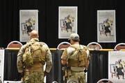 Schwer bewaffnete Polizisten sicherten am Wochenende in Garland (Texas) einen Wettbewerb für Mohammed-Karikaturen. Und verhinderten einen Anschlag durch zwei Bewaffnete. (Bild: EPA/Larry W. Smith)