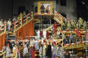 1.2.13: Das Schwyzer Fasnachts-Japanesenspiel «Ni aber au» feiert auf dem Hauptplatz in Schwyz Premiere. (Bild: Keystone)