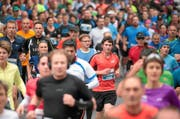 Der Marathon zwischen Stadt und Land: Der Swiss City Marathon führt die Läuferinnen und Läufer durch die wunderschöne Altstadt, vorbei an Luzerns Sehenswürdigkeiten, aber auch durch die herbstliche Landschaft der Horwer Halbinsel. (Bild: swiss-image.ch/Photo Andy Mettler)