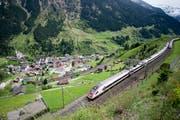Ein Zug befährt die nördliche Gotthard-Bergstrecke zwischen Erstfeld und Göschenen bei Wassen. (Bild: Keystone)