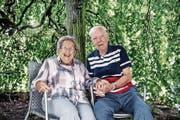 Elsi und Franz Wirz-Fischer – hier in ihrem Garten – feiern heute ihre diamantene Hochzeit. (Bild: Nadia Schärli (Triengen, 26. Juli 2017))