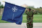Serbien möchte verhindern, dass die Nato-Flagge in Balkanländern weht. (Bild: Vadim Ghirda/AP (Mihail Kogalniceanu, 14. Juni 2017))