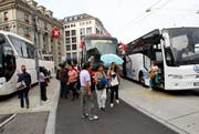 Zwei Reisecars verstellen die Busspur am Schwanenplatz, weil der Carparkplatz belegt ist. (Bild: Philipp Schmidli / Neue LZ)