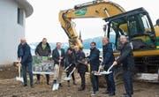 Das Projekt «Am Baumgarten» kann starten. Von links: Jörg Hunziker, Ivo Bracher, Josef Ribary, Trix Iten, Hugo Berchtold, Daniel Röck, Thomas Baggenstos und Adrian Sidler. (Bild: Maria Schmid (Unterägeri, 20. November 2017))