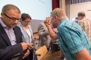 Die Urner Regierungsrätin Barbara Bär musste sich in Seelisberg von der aufgebrachten Dorfbevölkerung einiges anhören. (Bild: Keystone / Urs Flüeler)