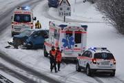 Dieser Mercedes wurde ebenfalls beschädigt: Er fuhr über ein Trümmerteil. (Bild: Geri Holdener / Bote der Urschweiz)