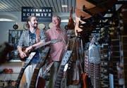 Manuel Christen (links) übernimmt das Musikhaus Schmitz in Zug von Daniel Gempeler. (Bild: Maria Schmid (30. August 2017))