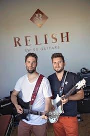 Die Gitarren von Pirmin Giger (links) und Silvan Küng bestechen durch Design und Technik. (Bild Pius Amrein)