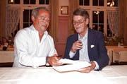 Samih Sawiris (links) und Alex Renner unterzeichnen den Vertrag. PD (Bild: PD)