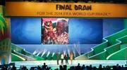 Fifa-Chef Sepp Blatter und Dilma Rousseff, Präsidentin von Brasilien (zweite von links), zusammen mit den Moderatoren Fernanda Lima und Rodrigo Hilber (Bild: Keystone)