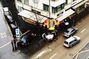 Den weissen Fiat hat es durch die Wucht des Zusamenstosses aufs Dach gedreht. (Bild: Leserbild E. Yager)