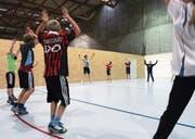 Turnen soll auch für Schüler mit Verletzungen teilweise möglich sein. (Symbolbild: Werner Schelbert)