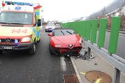 Der Lenker kollidierte mit seinem Auto mit der Mittelleitplanke. (Bild: PD)
