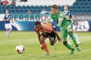 FCL-Goalie Jonas Omlin (rechts) hält Lausannes Gabriel Torres und verschuldet so einen Penalty. (Bild: Keystone)