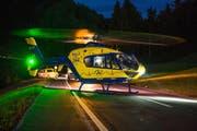 Dieser Verkehrsunfall in Allenwinden forderte zwei Verletzte. Ein Helikopter der Alpine Air Ambulance brachte die Verletzte ins Spital. (Bild: Zuger Polizei (Allenwinden, 15. Juli 2017))