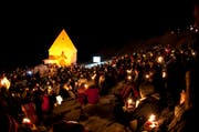 Jugendliche feiern in der Nacht von Samstag auf Sonntag einen gemeinsamen Gottesdienst. (Bild: Keystone)