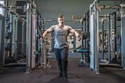 Yannick H. trainiert im Evolution-Gym in Perlen seine Brustmuskeln. Er bereitet sich auf einen Wettkampf vor. (Bild: Boris Bürgisser (Perlen, 16. März 2017))
