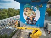 Das Wandbild ist fertig. Geschaffen wurde es vom Künstlerduo Veronika Buergi und Marco Schmid von Queenkong. (Bild: Emmanuel Ammon/LZ (Luzern, 16. Juli 2017))