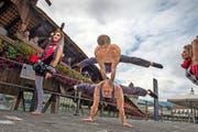 Die ukrainischen Akrobaten Nikolay Shcherbak (29, oben) und Sergey Popov (30), die mit dem Circus Knie auf Tournee sind, zogen gestern in Luzern die Blicke auf sich. (Bild Nadia Schärli)