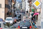 Täglich quält sich der Verkehr mitten durch die Innenstadt von Zug: Unser Bild zeigt die Neugasse am 23. Dezember. (Bild Stefan Kaiser)