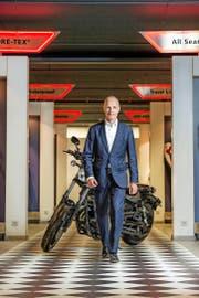 Der neue Hostettler-CEO Pascal Lütolf (50) am Hauptsitz in Sursee vor einer Yamaha. (Bild Dominik Wunderli)