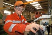 Ein Lehrling wird von SBB-Cargo in Erstfeld zum Polymechaniker ausgebildet. (Bild: Archiv Sven Aregger / Neue UZ)