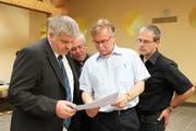 Othmar Reichmuth (l.) und CVP-Parteipräsident Stefan Aschwanden studieren die Ergebnisse des ersten Wahlgangs. (Bild Manuela Jans/Neue LZ)