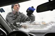 Dieser Autofahrer zeigt, wie man die Scheibe vom Eis befreien sollte. (Bild: Corinne Glanzmann / Neue LZ)