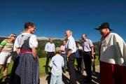 Bundesrat Johann Schneider-Ammann wird auf dem Birkenhof in Sörenberg von der Familie Schnider zum 1. Augustbrunch begrüsst. (Bild: Keystone)