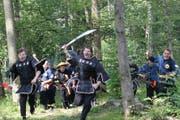Wie Krieger zogen sie durch den Wald um die feindliche Armee anzugreifen - Jung und Alt waren begeistert über die Filmaufnahmen. Die ersten Videos gibt es auf www.gkmaf.ch (Bild: Mymy Pavkovic)